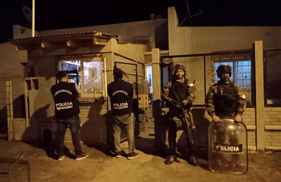 """Viedma: Detuvieron a una mujer y desbarataron un """"kiosco"""" que comercializaba drogas"""
