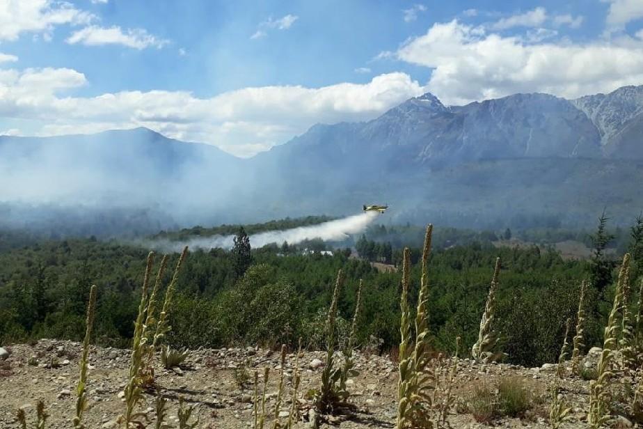 Incendio en El Bolsón: Con siete aeronaves se apoya la tarea de los brigadistas
