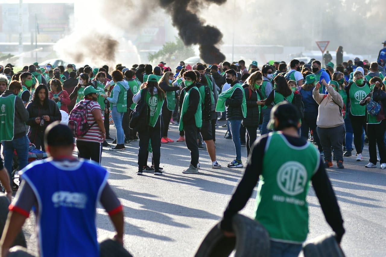 ATE y la CTA Autónoma bloquean el puente carretero Cipolletti – Neuquén