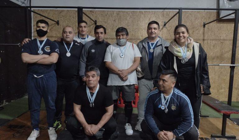 Buen desempeño de empleados policiales en el torneo de pesas bahiense